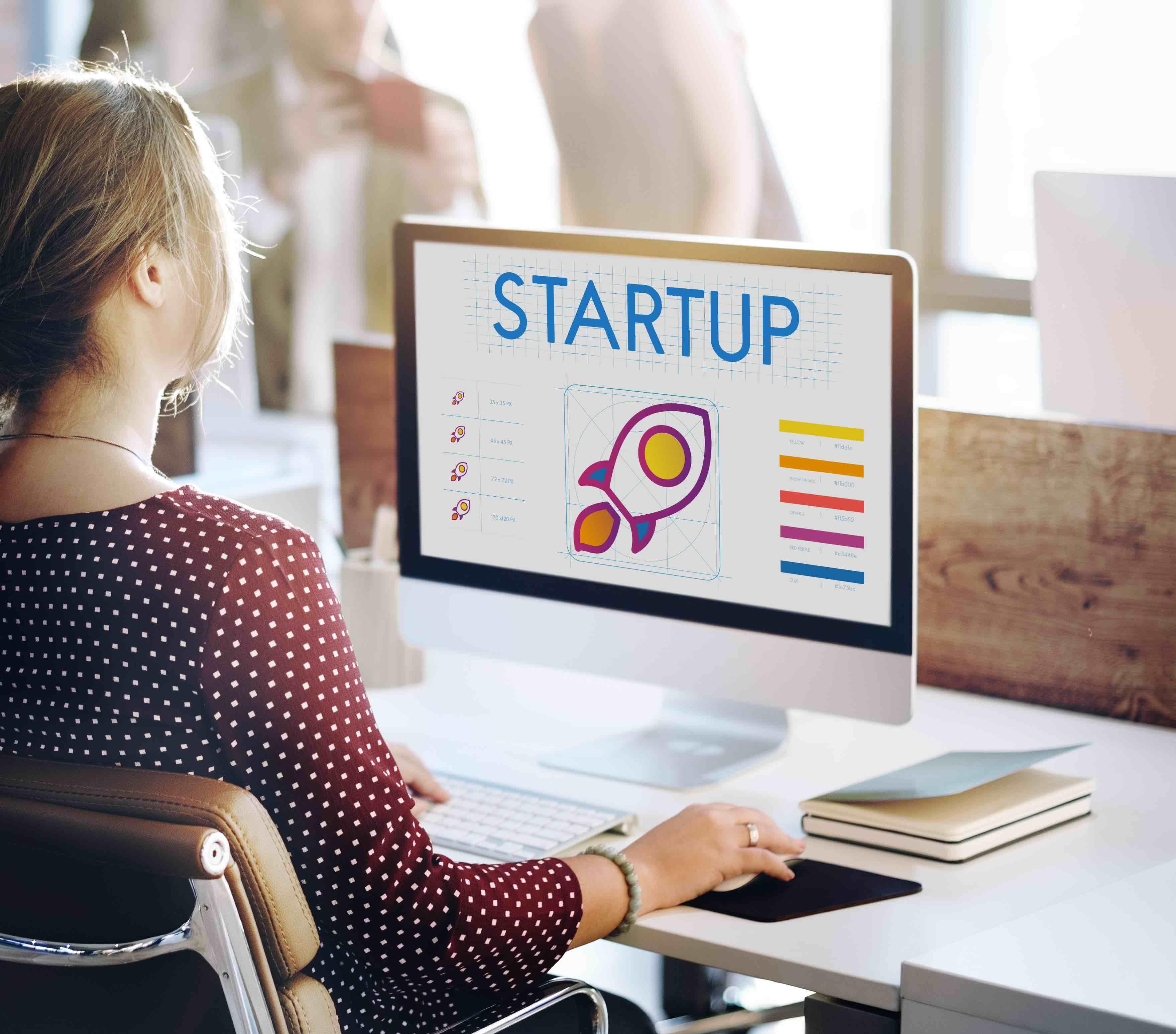 imagen de mujer trabajando en validar su idea de negocio