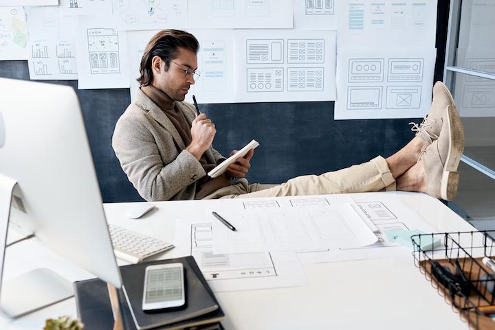 emprendedor pensando en su producto
