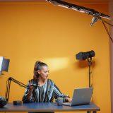 Experta en negocios digitales dando clase virtual